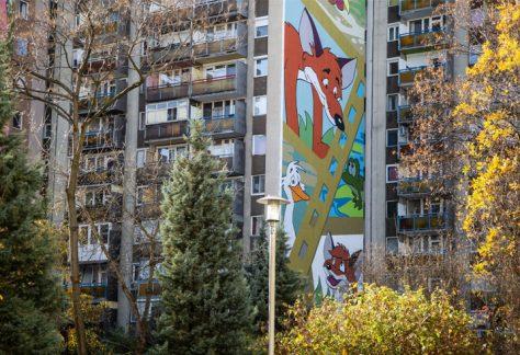 Újabb mesés tűzfalfestmény Budapesten, most a Vuk karakterei elevenednek meg