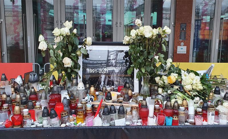 AWS – Könnyek között búcsúztak a rajongók Siklósi Örstől az Akvárium Klub előtt