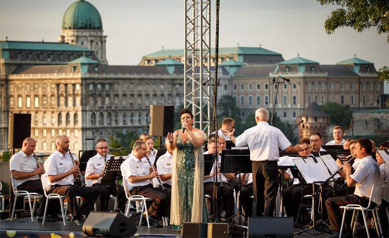 Szeptember 11-én Ress Hajnalka énekel a Kossuth téri szentmise előtt
