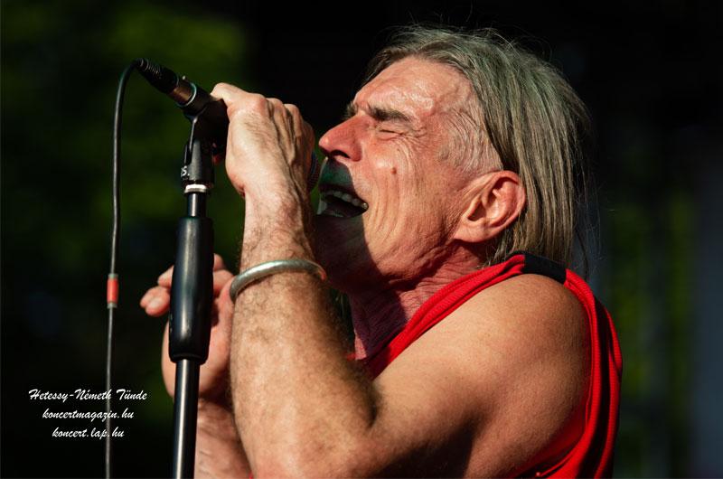 Engedj énekelnem, s érzem, hogy szabadnak születtem – Ma 68 éves Révész Sándor!